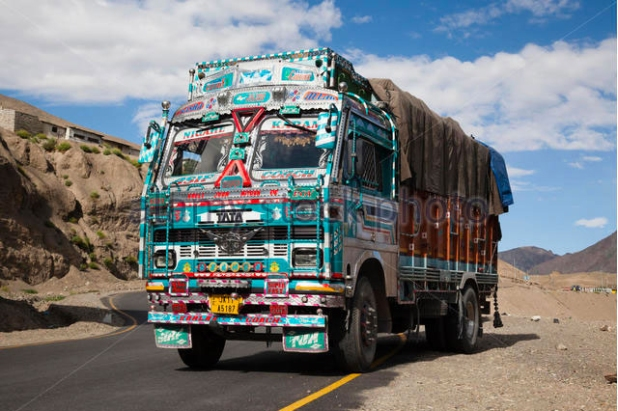 highly-decorated-indian-truck-in-himalayan-mountains-hb7483-2.jpg